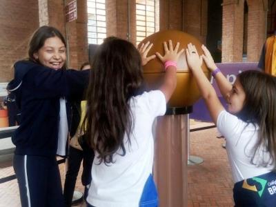 Crianças fazem visita ao espaço Catavento