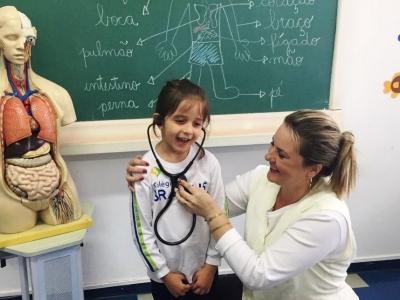 Crianças conhecem funcionamento do corpo humano