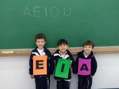 Crianças descobrem os encontros vocálicos