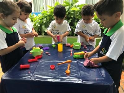 Crianças fazem atividade com massinha de modelar
