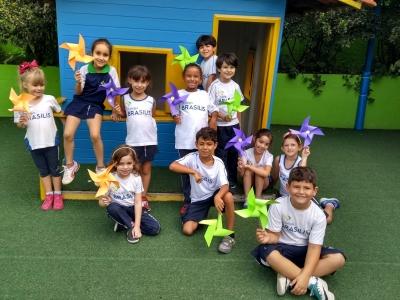 Crianças divertem-se durante aula com catavento