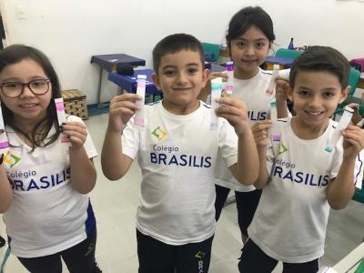 Crianças realizam experiência com cores