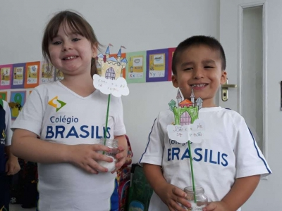 Crianças fazem experimentos com feijão