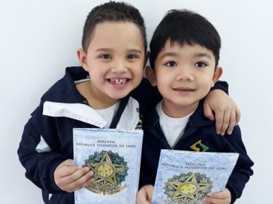 Passaporte leva crianças para mundo da leitura