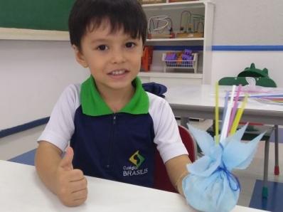 Crianças confeccionam petecas em sala de aula