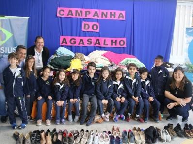 Colégio Brasilis entrega doações da Campanha do Agasalho 2018