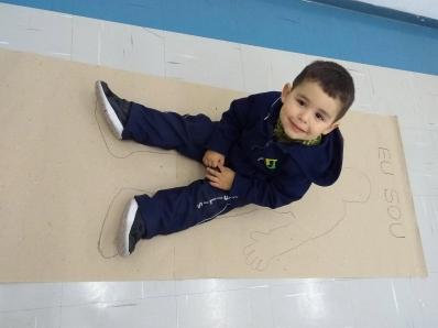 Crianças fazem representação do próprio corpo